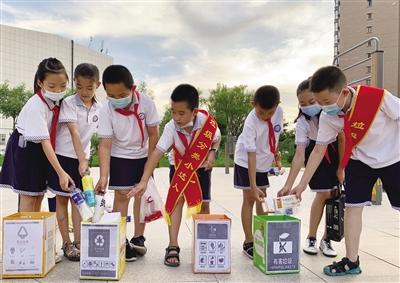 金桥小学走进居民小区进行垃圾分类宣传和演示