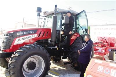 扶贫队员正在检测、试用新农机